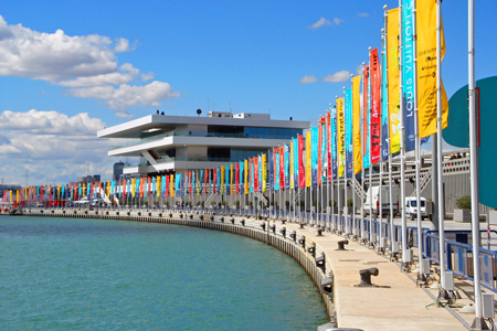 drapeau publicitaire - rangée de bannières publicitaires sur front de mer