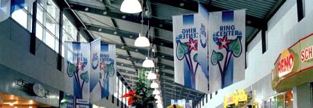 kakemono - kakemonos en groupe suspendus dans un hall d'exposition