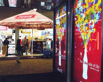 parasol publicitaire dans une galerie marchande