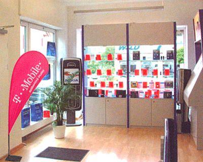 drapeaux publicitaires -beach flag dans un magasin avec mât en fibre