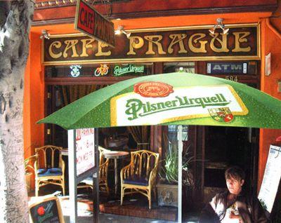 parasol publicitaire sur la terrasse d'un café
