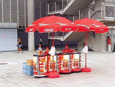 parasol publicitaire : parasols au dessus d'un stand de restauration