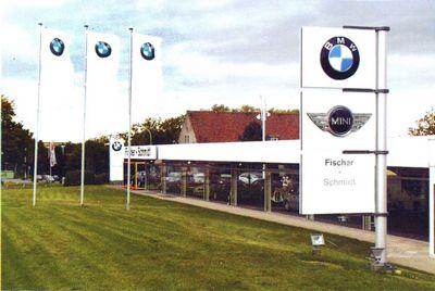 drapeaux publicitaires - mâts avec bannières imprimée et potence devant un garage